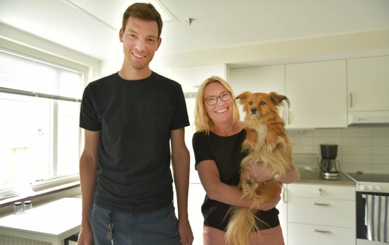 Foto på Krister Broberg och Agneta Fager med sin hund