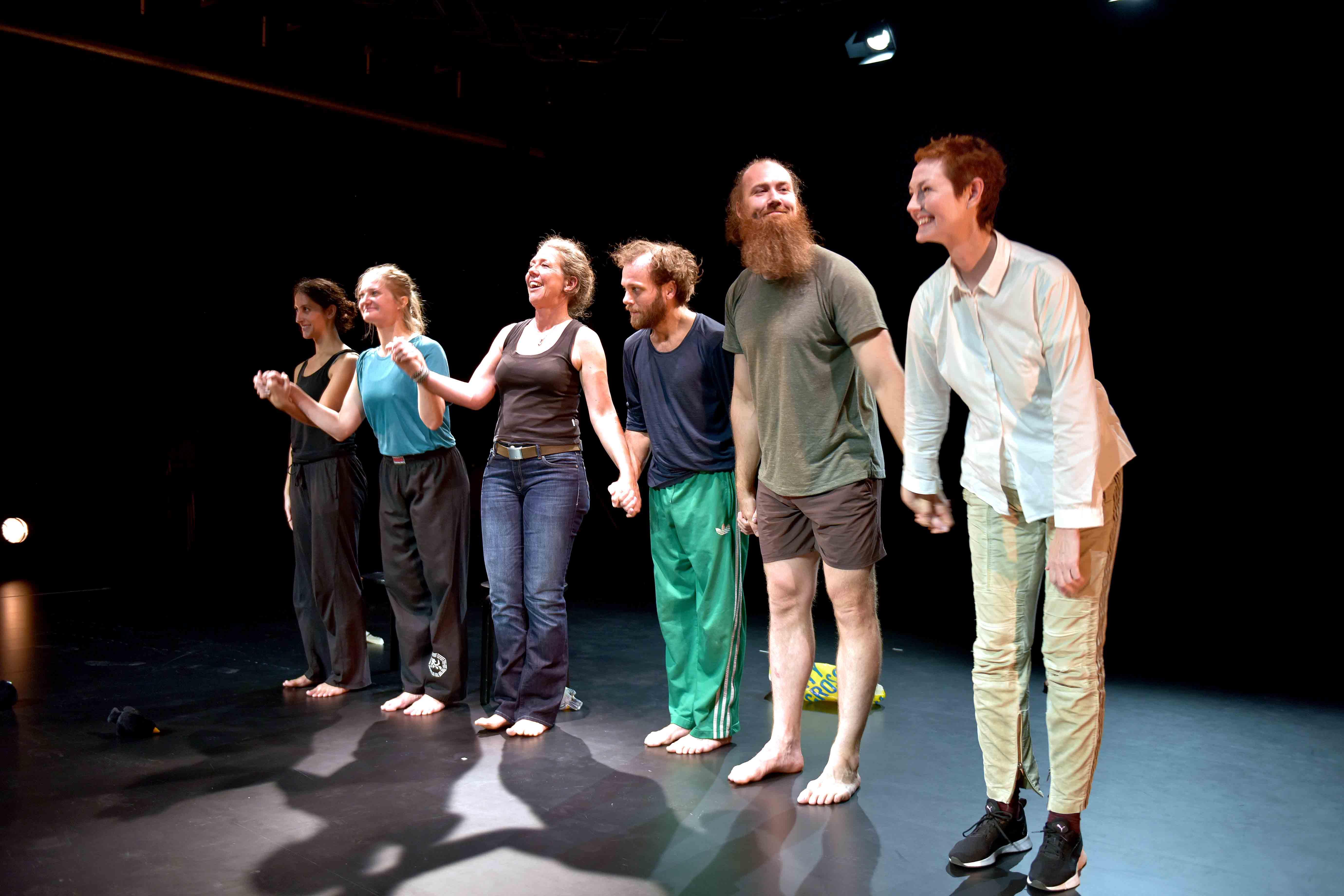 Foto på Ensemblen i föreställningen Lohengrin dreams tackar invigningspubliken.