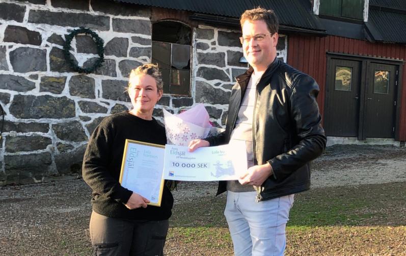 Årets pristagare Lola Ivarsson fick ta emot blommor och en check på 10 000 kronor från Marco Gustafsson, (C), politisk samordnare för landsbygdsfrågor. Foto: Marianne Peary