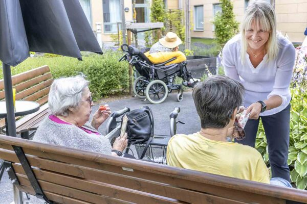 Linda Wallin, enhetschef på Östralycke äldreboende, ser till så att alla får ta del av vätska och frukt i den rådande värmen.