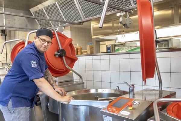 Johan Stensson, kock, är tillsammans med kollegorna i köket på Östralycke äldreboende, en viktig part när omsorgsverksamheten förstärker insatserna.