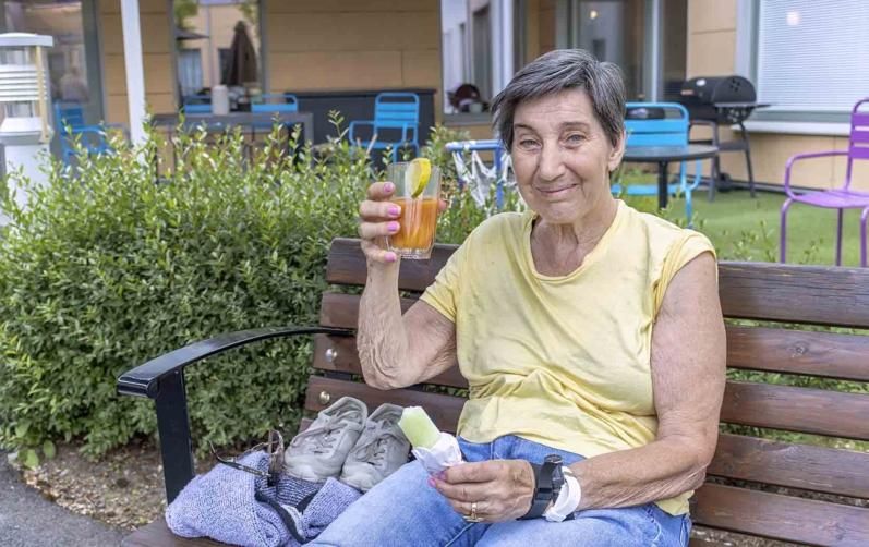 Läskande och svalkande med fruktdryck och glass, tycker Inger Storli Berglund, boende på Östralycke äldreboende i Asarum.