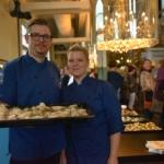 Foto på Måltidscheferna i Karlshamns kommun Per-Ola Henriksson och Emma Karlsson bjöd på alkoholfritt bubbel och snittar.