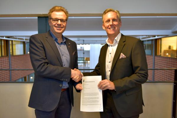 Foto på Per-Ola Mattsson, kommunstyrelsens ordförande i Karlshamns kommun, med det påskrivna markanvisningsavtalet tillsammans med Andreas Meyer, VD Skåneporten.