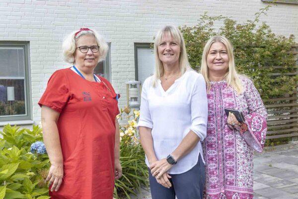 Från vänster Marita Martinsson, kvalitetsundersköterska, och enhetscheferna Linda Wallin samt Monica Jönsson, lyfter det goda samarbetet på Östralycke äldreboende och insatserna för att hantera den extrema värmen.