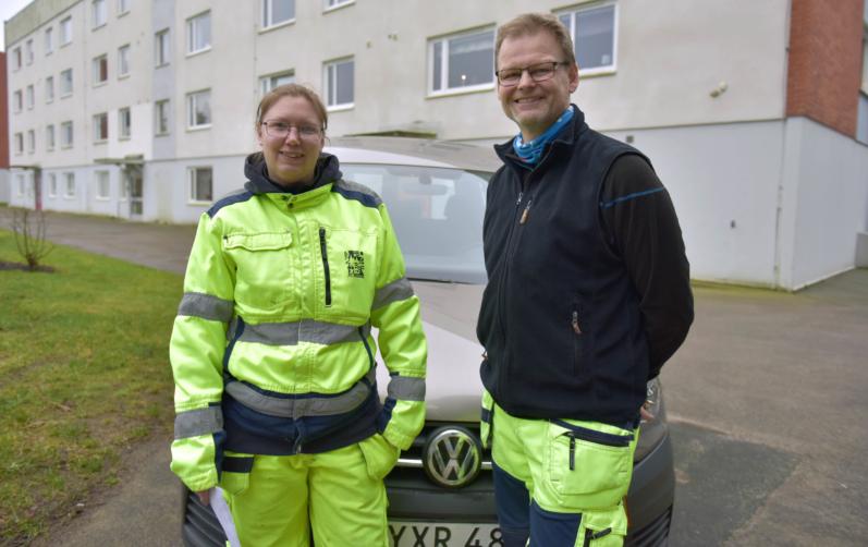 Foto på Teres Andreasson, deltagare, och Lennart Perbrink, stödassistent, jobbar i ett team och kör här ut inkontinensskydd till Mariegården.