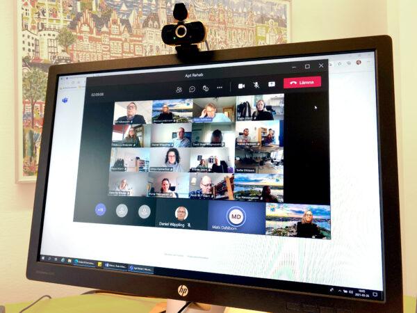 Datorskärm med videomöte med flera deltagare.