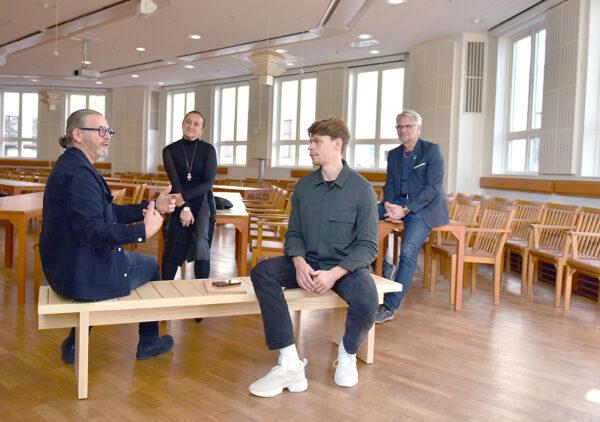 Konstfackstudenten Jonathan Hultgren och Johan Lindau, vd på Blå Station sitter på träbänken och samtalar i Rådhussalen.