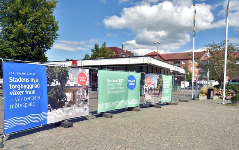 Banderoller kring den avspärrade delen på torget där den ny paviljongen ska byggas.
