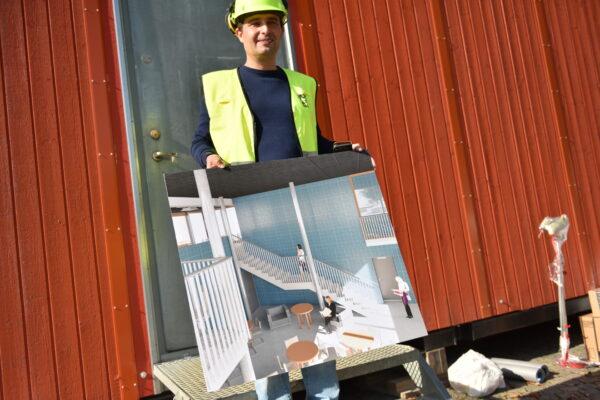 Projektledaren William Lavesson visar skisser på hur den nya torgbyggnaden ska se ut inuti.