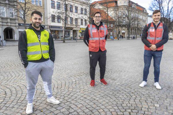 Foto på Momma Merzi, Göran Besedes och Ermir Alaj från FK Karlshamn United är några av de medverkande föreningsrepresentanterna som nattvandrar. De tre står på torget i kommunens västar.