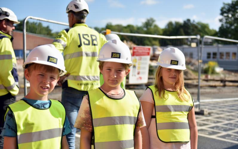 Elever från Mörrums skola är med skyddshjälmar på inför första spadtaget för Mörrums nya skola