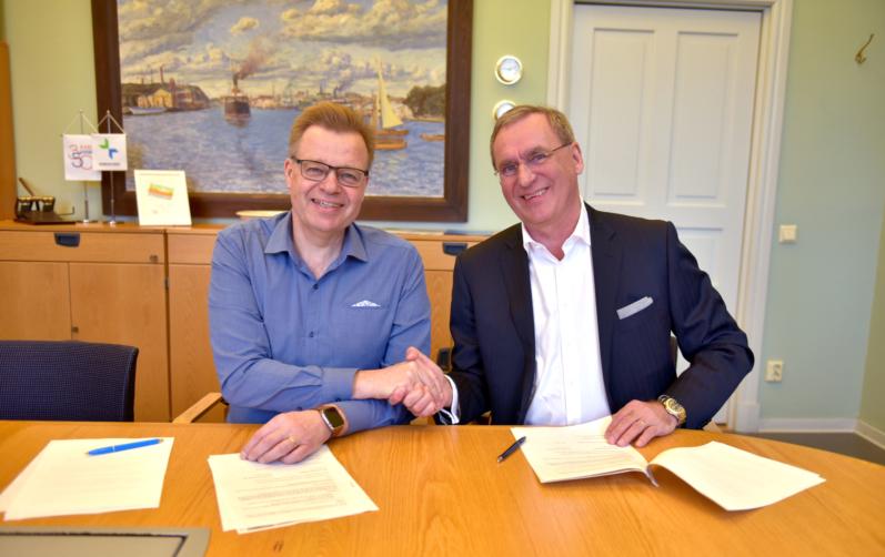 Foto på kommunstyrelsens (S) ordförande Per-Ola Mattsson och Pether Fredholm, VD på JSB skrev idag under markanvisningsavtalet för de nya bostäderna vid Mieån.