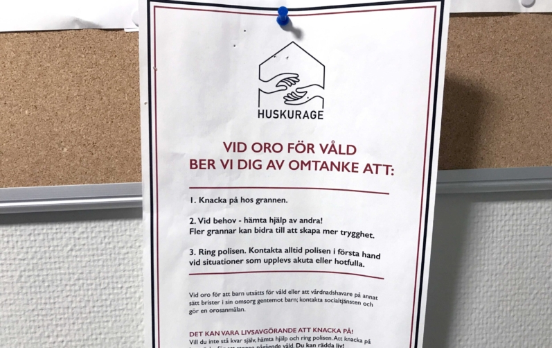 Foto på en affisch om Huskurage som hänger på en anslagstavla.