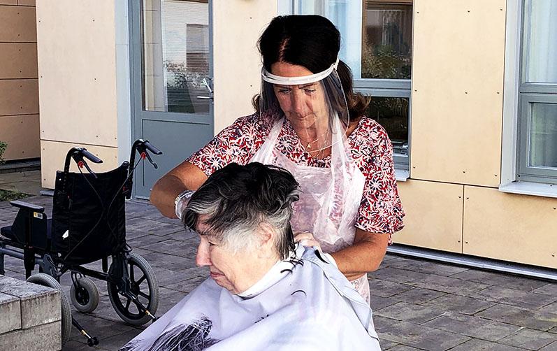 Siv-Inger Sjöstrand får håret klippt av frisören Carina Uppgren.