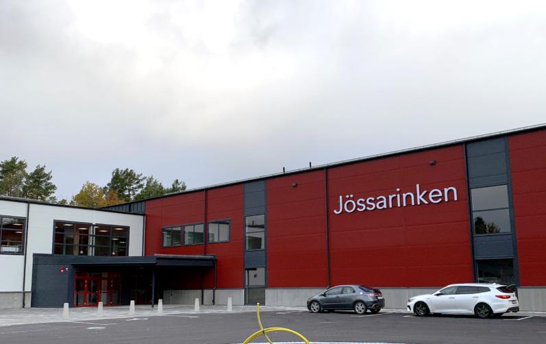 Röd nybyggd ishall i Jössarinken.