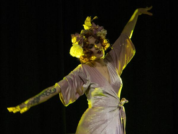 Jennifer Tonlist dansar klädd i burlesque-stil.