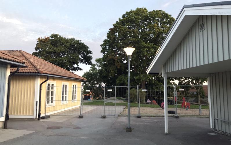 Foto på Möllebackens förskola so skärmats av från gräsytor