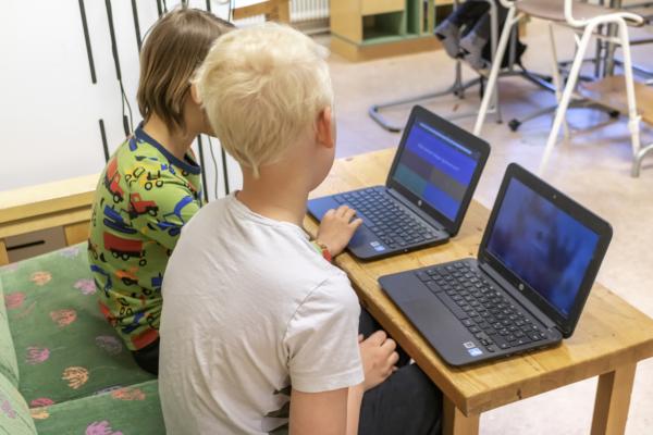 Eleverna arbetar med digitala hjälpmedel.