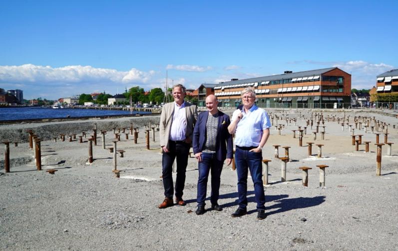 Andreas Saleskog, styrelseordförande Karlshamnsfastigheter, Samuel Henningsson, vd Netport och Stefan Nilsson, vd Karlshamnsfastigheter på Östra Piren där utvecklingen av Etapp 5 har påbörjats.