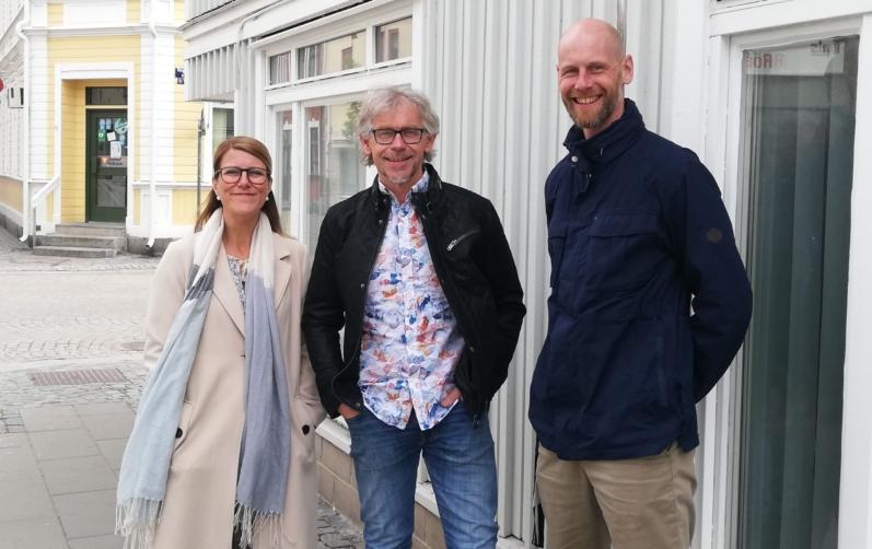 Foto på Emelie Sandqvist, Bert Bengtsson och Greger Andersson utanför ett ljusblått trähus i Karlshamn.