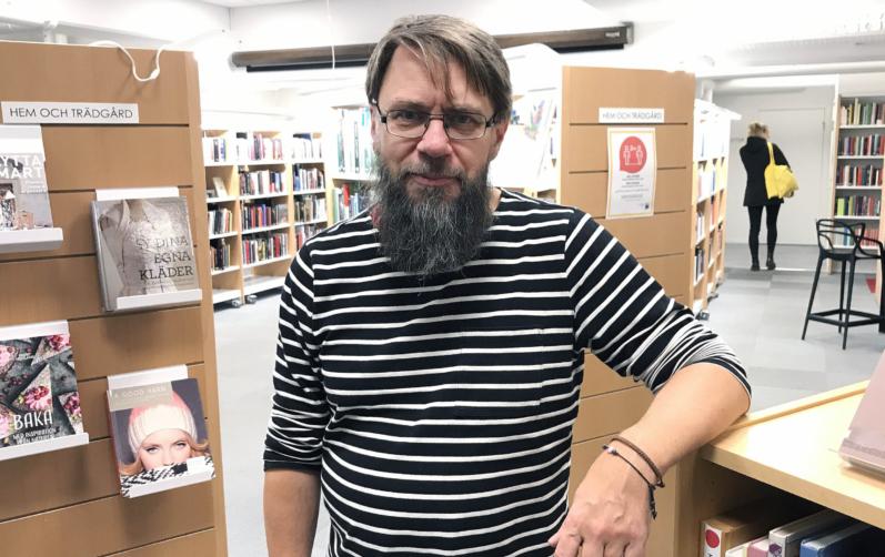 Foto på Rolf Andersson i biblioteksmiljö