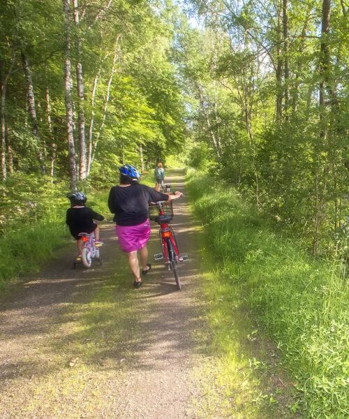 Barnfamilj som leder sina cyklar