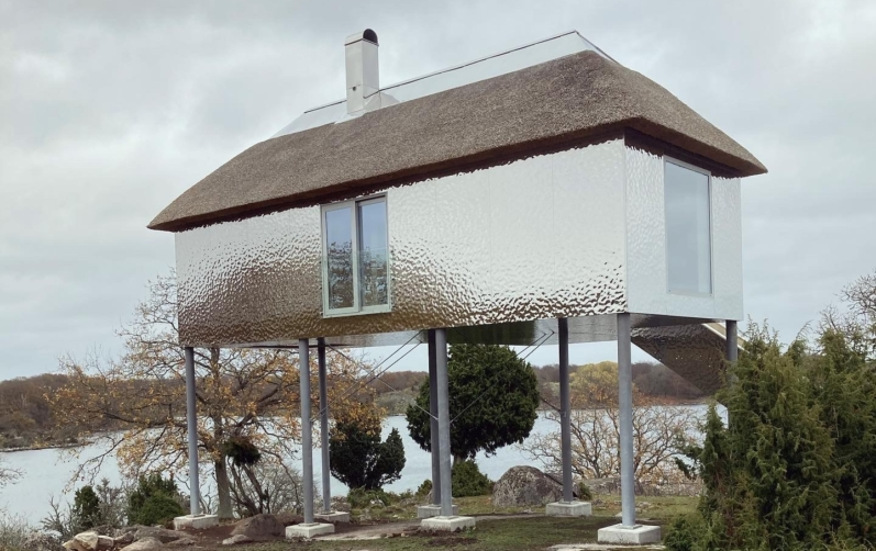 Ett hus fyra meter ovan mark i Eriksbergs viltpark.