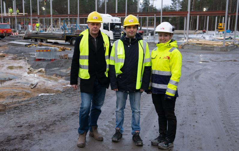 Foto på Mats Dahlbom, (C) ordförande i Teknik- och fritidsnämnden, William Lavesson, projektledare, och Jennifer Eklund arbetsledare på JSB vid bygget av Jössarinken.