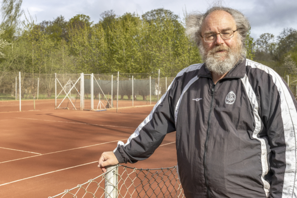 Patrik Petersson, tränare i Karlshamns Tennisklubb, hälsar allmänheten välkommen att boka tennisbanorna i Kollevik.