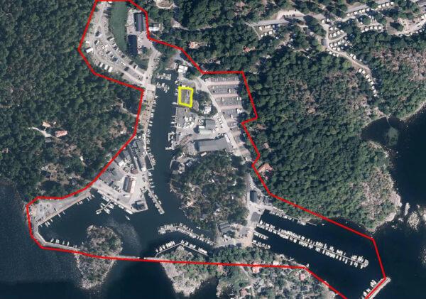 Flygfoto över aktuellt undersökningsområde i den översiktliga provtagningen ute vid Väggaviken och ett gult markerat område sär man hittade föroreningar.