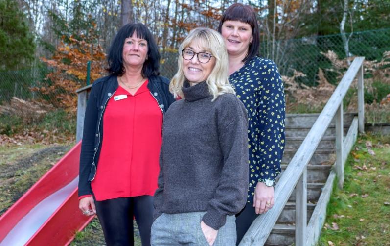 Foto på Anna Persson, rektor på Svängsta förskola, Linda Håkansson, projektledare, Region Blekinge (mitten) och Anna Rydell, förskolelärare, ser fram emot upptaktsmötet för projektet Grunda Sunda Vanor.
