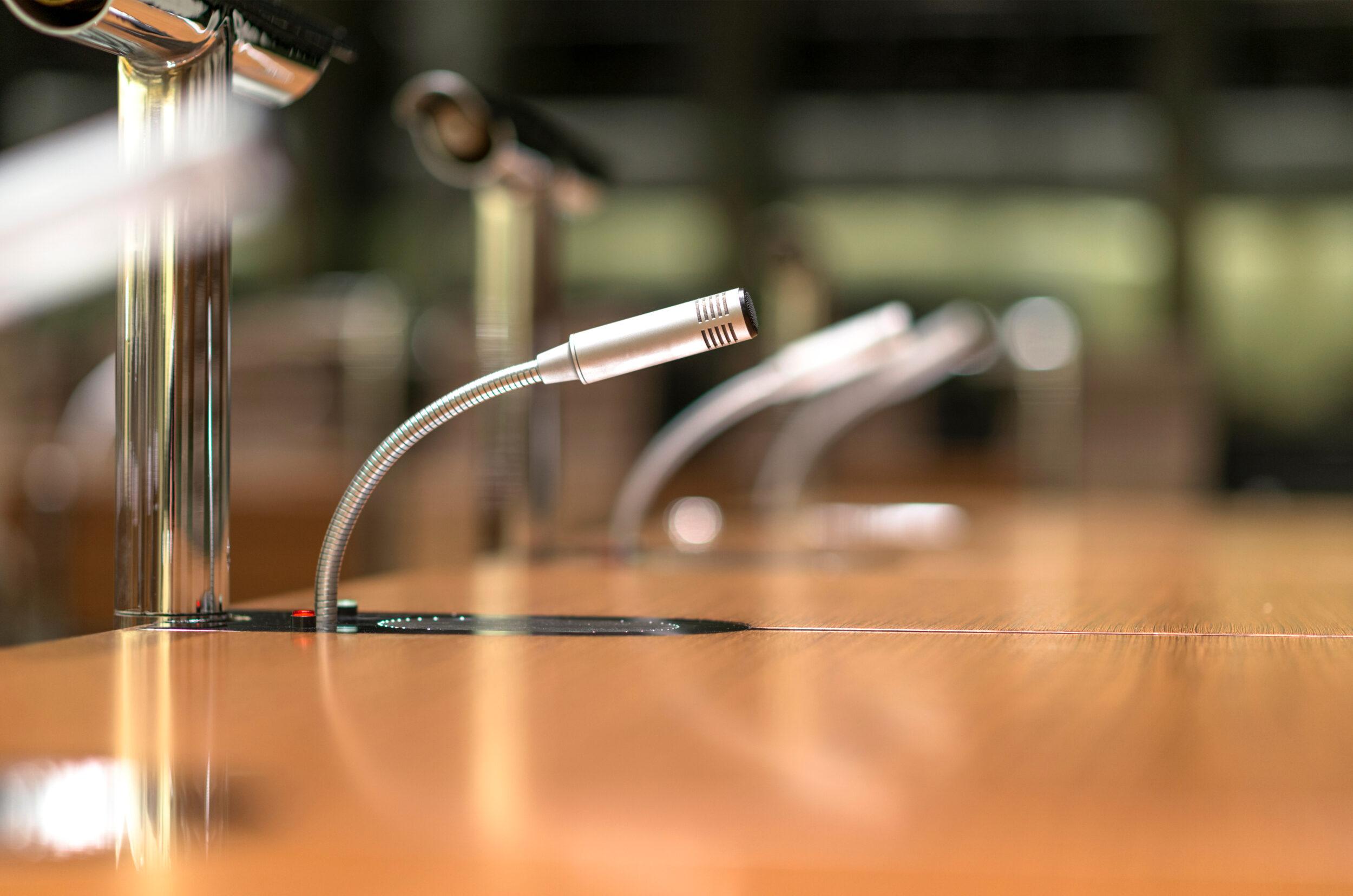 Uppkopplade mikrofoner inför ett digitalt möte.