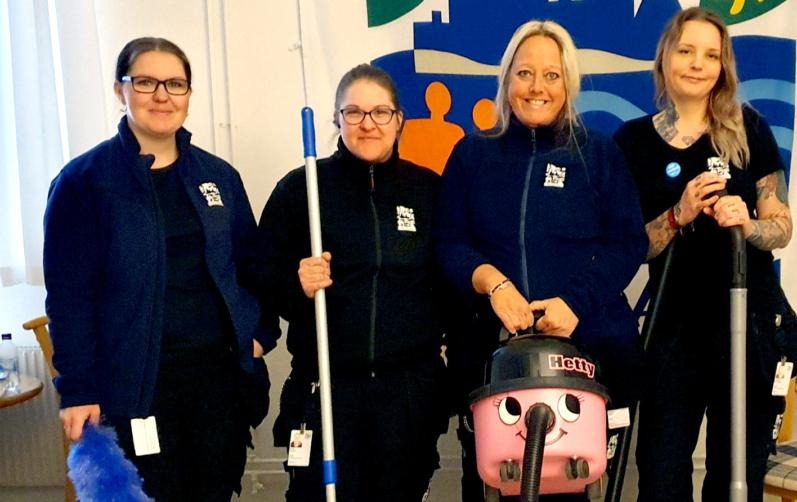 Foto på Fr.v: Linda Magnusson, Emilie Pålsson, Monica Bäck och Josephine Gummesson har ryckt in och hjälpt hemtjänstpersonalen med städning när de haft det tufft med bemanningen på grund av sjukdom.